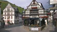 Varmt välkomna till det charmiga hotellet Berg's Alte Bauernschänke och historiska Rhendalen.