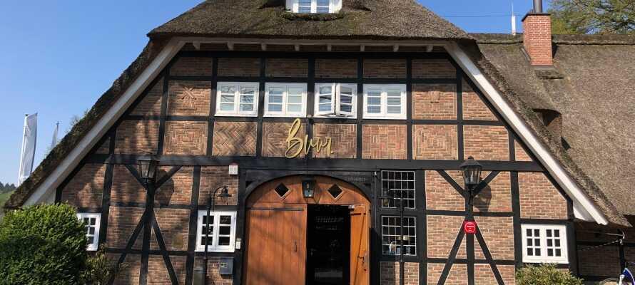 Det charmiga boutiquehotellet är inrett i en historisk och traditionell byggnad med halmtak.