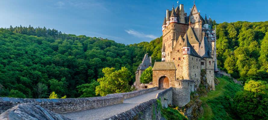 Fra hotellet har I blot en kort køretur til det romantiske gamle slot, Burg Eltz.