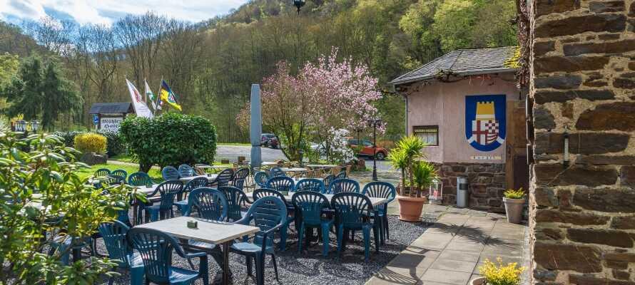 Nyd den afslappede atmosfære med en forfriskning på hotellets hyggelige terrasse.