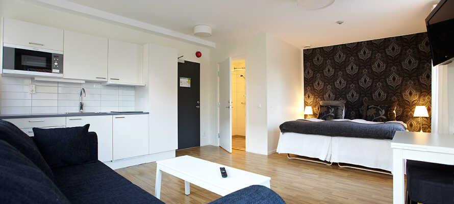 De hyggelige leilighetene er utstyrt med et lite, fullt utstyrt kjøkken med kjøleskap, komfyr, mikroovn og oppvaskmaskin.
