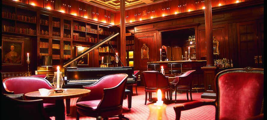Nyd et glas vin eller øl i hotellets atmosfæriske 'Library Bar'.