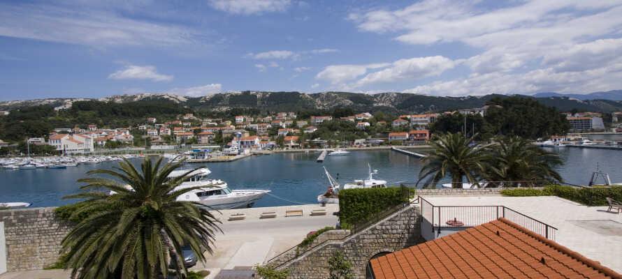 Das Hotel liegt direkt neben dem Hafen von Rab