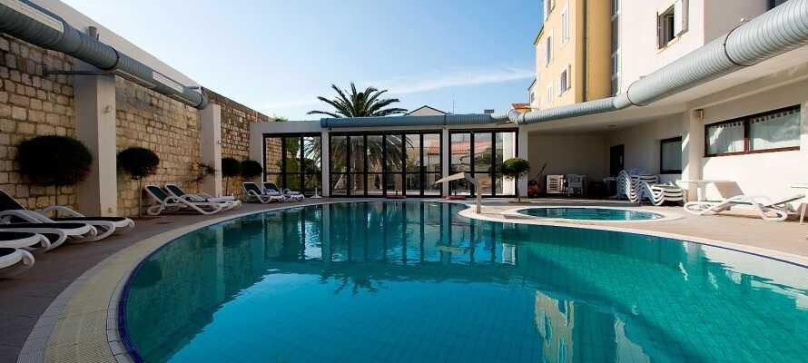 Ta en dukkert i hotellets utendørs svømmebasseng.