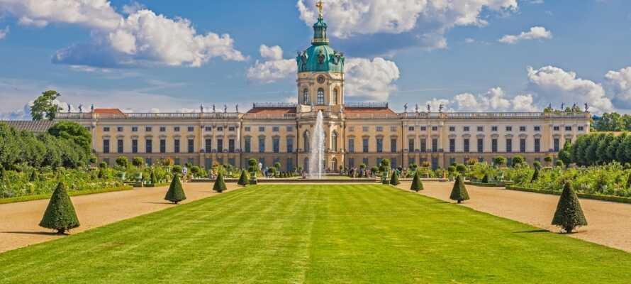 Westlich des Stadtzentrums, in Charlottenburg, liegt das eindrucksvolle Schloss Charlottenburg, das im späten 17. Jahrhundert erbaut wurde.