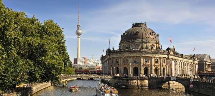 Die beliebte Museumsinsel im Zentrum von Berlin, die Sie auch auf einer Bootsfahrt durch die Stadt erleben können, ist ein Muss.