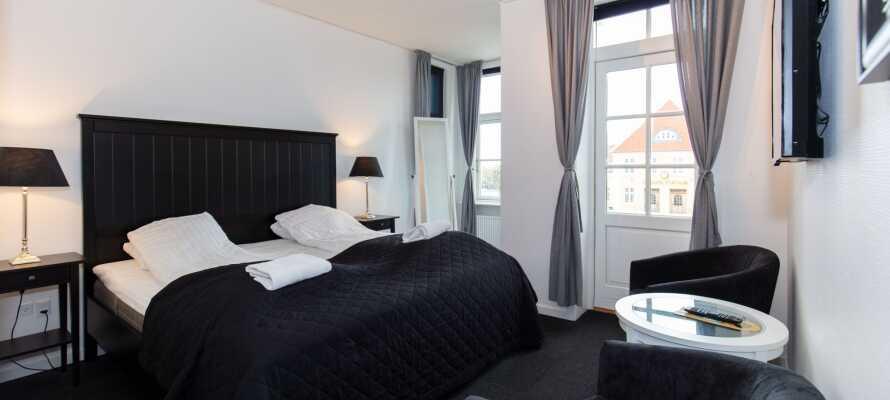 Hotellets værelser er indrettet med inspiration i Skagens seværdigheder, og har alle privat badeværelse og et hyggeligt siddeområde.