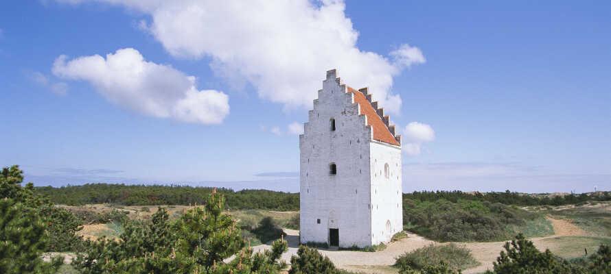 Skagen har masser at byde på - besøg f.eks. Den Tilsandede Kirke, bad ved Sønderstranden eller nyd stemningen på havnen.