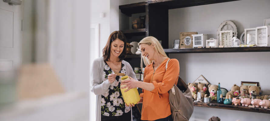 Området bjuder dessutom på goda möjligheter till shopping med flera små specialbutiker och hantverkare.