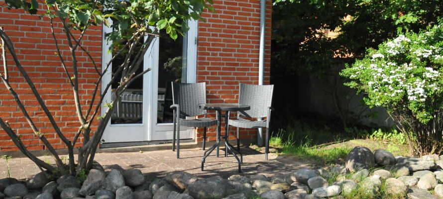 Motellet har en lummig trädgård och en solig terrass där ni kan koppla av.