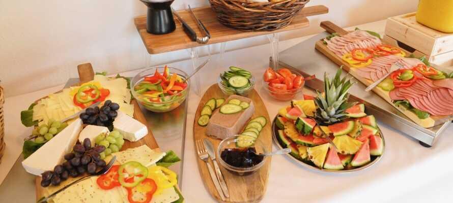 Starta dagen med en riklig och god frukostbuffé på motellet.
