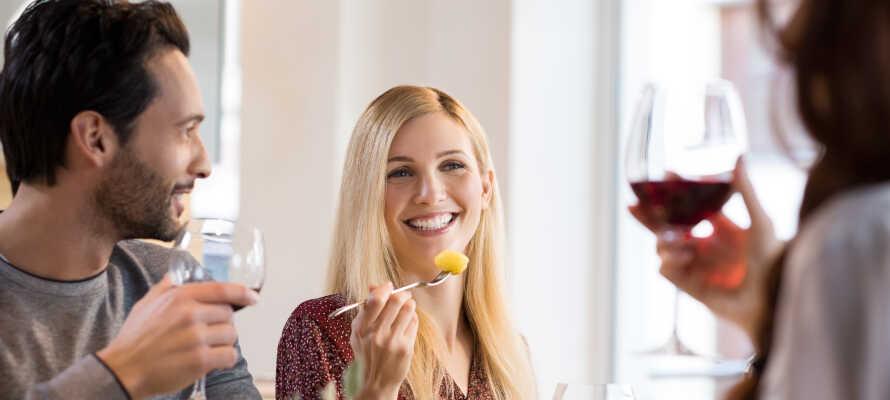 Som avslut på en härlig semesterdag kan ni avnjuta middag med dagens rätt på ett närliggande hotell.