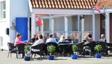 Njut av solen med en svalkande dryck i handen på motellets trevliga terrass.