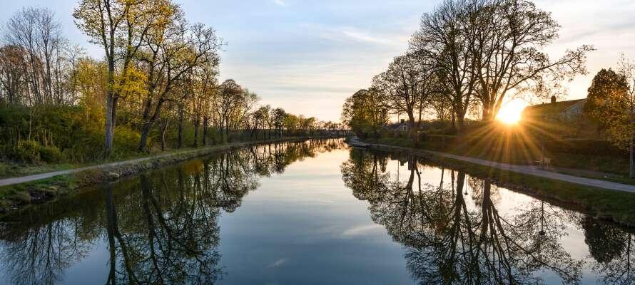 Hotellets placering giver jer masser af muligheder indenfor kort afstand - tag f.eks. en tur ud til Göta-kanalen.