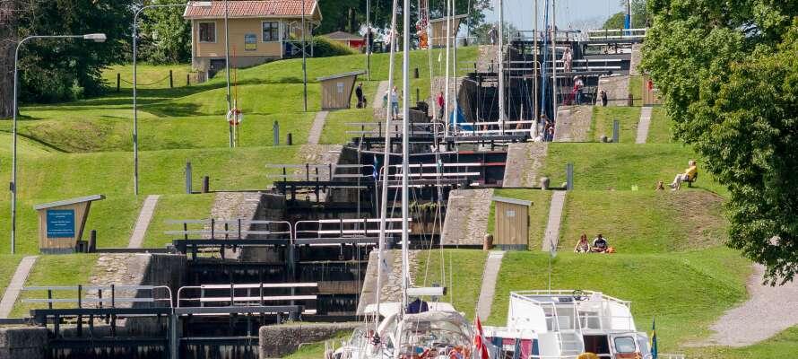 Passa på att ta vägarna förbi det imponerande slussområdet där Göta kanal mynnar ut i sjön Roxen.