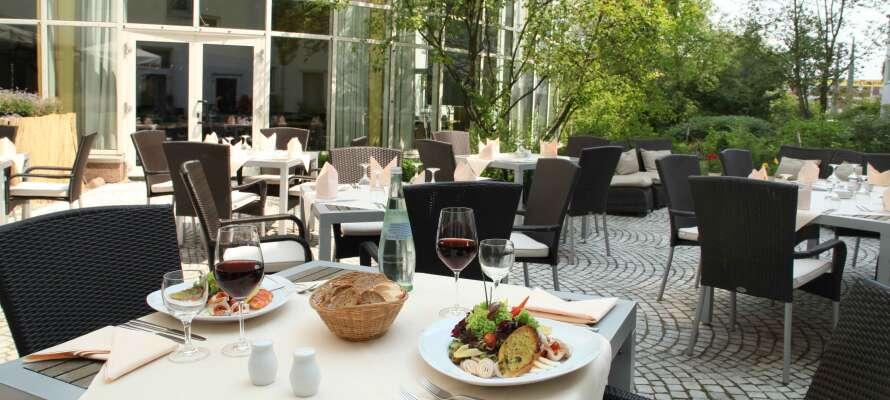När vädret tillåter kan ni njuta av frisk luft och en drink på hotellets mysiga terrass.