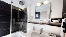 Samtliga rum är utrustade med eget badrum med toalett och dusch/badkar.