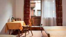 De kærligt møblerede værelser har alle egen balkon, og gør opholdet til et afslappende pusterum.