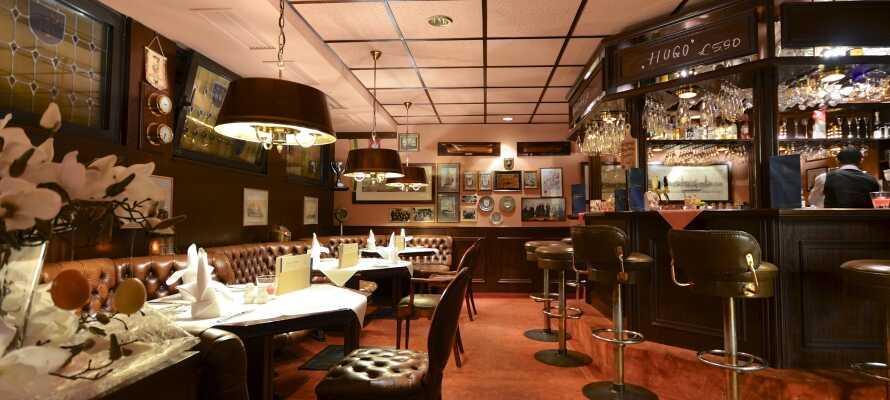 """Nach einem erlebnisreichen Tag in Hamburg bietet es sich an in der gemütlichen Hotelbar """"Clipperlounge"""" mit einem Drink zu entspannen."""