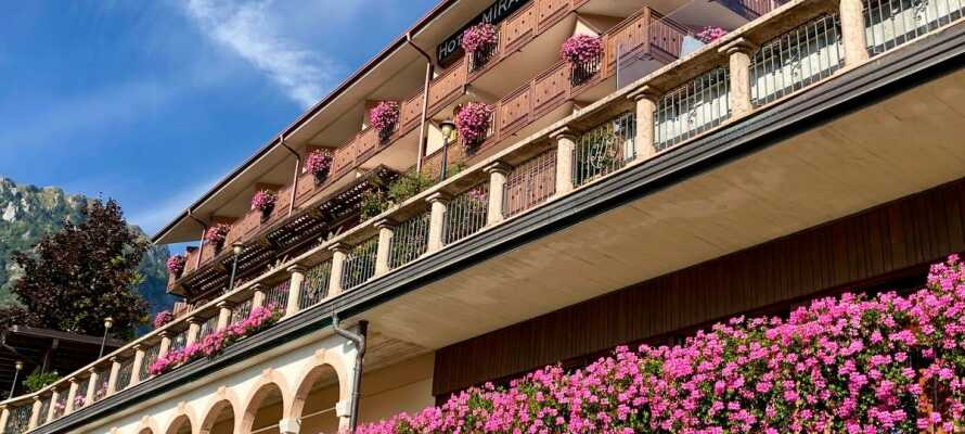 Das familiengeführte Hotel Miravalle hat eine schöne Lage am Fuß der Dolomiten und ist von Bergen und gemütlichen Dörfern umgeben.
