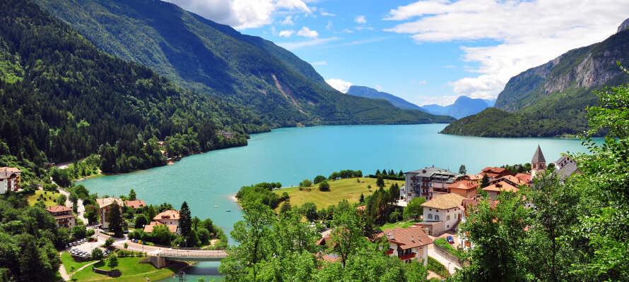 Fra hotellet er der ikke langt til Molveno-søen, som har en atmosfære der minder meget om Gardasøens.
