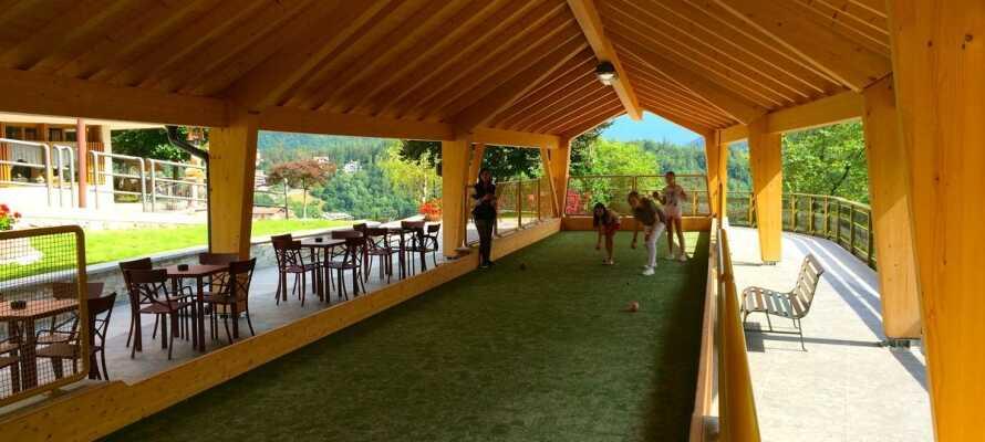 Für Kinder stehen zahlreiche Spiele und ein schöner Außenspielplatz zum Austoben zur Verfügung.