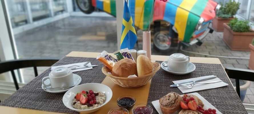 Hver morgen serveres det en god og variert frokostbuffet, som gir dere den perfekte starten på dagen.