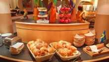 Få en god start på dagen med hotellets lekre frokostbuffet.