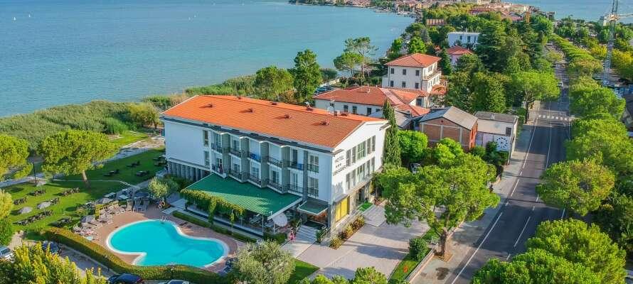 Hotellet ligger ned til Gardasøen og har også sin egen strand ved vandet.