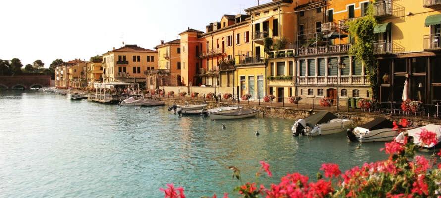 Hop op på cyklen og udforsk småbyerne omkring Gardasøen. Tag turen til Sirmione, Desenzano og Peschiera, hvor billedet stammer fra.