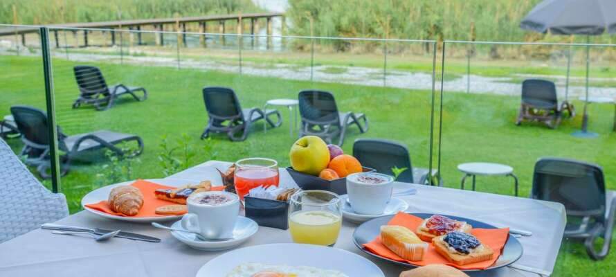Nyd morgenmaden eller aftensmaden på terrassen, som vender ud mod Gardasøen. Alle værelser har dog ikke terrasse.