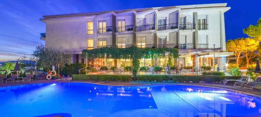 Der er en dejlig udendørs swimmingpool, hvor I kan svale af i varmen.