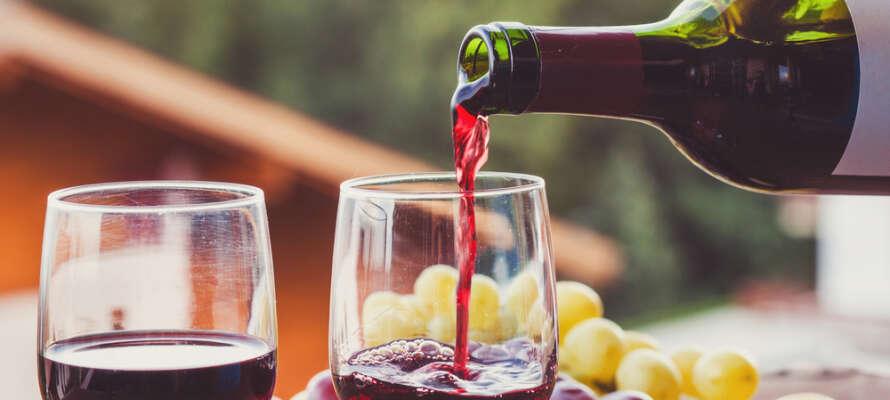 Smaka på de goda och lokalt producerade vinerna som serveras i restaurangen.