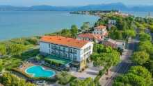 Hotellet har en skøn placering ved Gardasøen.