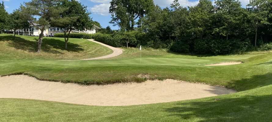 Auf die an Golf interessierten Gäste wartet ein Golfplatz mit spannenden Herausforderungen und höchster Qualität.