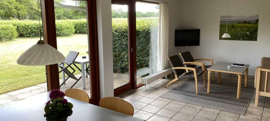 Die Ferienwohnungen sind elegant und geräumig und haben alle einen eigenen Garten oder eine Terrasse.