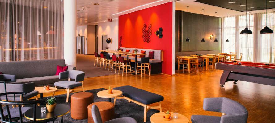 Hotellet har også biljardbord, og dere kan spille dart og bordfotball ved baren.