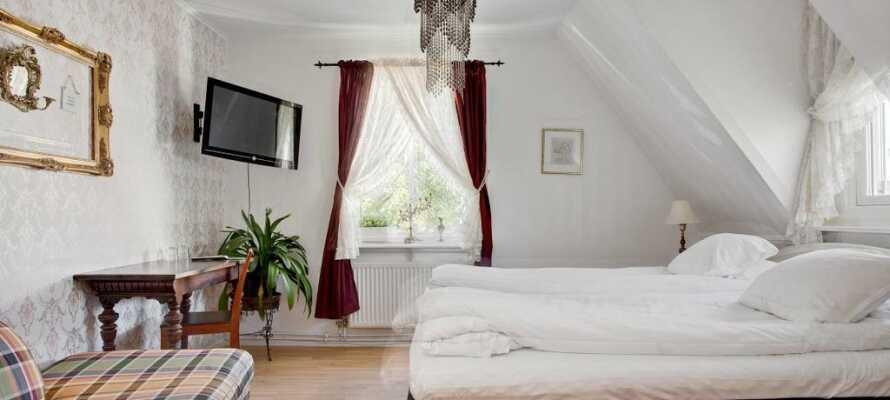 I bor på flotte og komfortable værelser, som alle har deres egen unikke indretning.