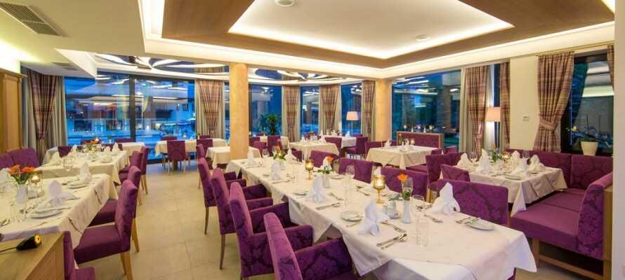 I restauranten serveres både regionale retter og internationale kreationer, i hyggelige og indbydende rammer.