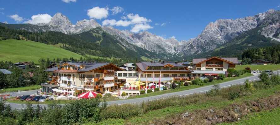 När vädret tillåter kan ni njuta av semesterlivet med uppvärmd utomhuspool och solterrass på hotellet.