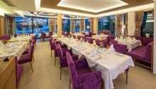 Hotellets restaurant byder på regionale, såvel som internationale retter, i hyggelige omgivelser.