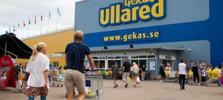 Fra hotellet har I bare en 45 minutters køretur til det populære Gekås Ullared - Skandinaviens største varehus.