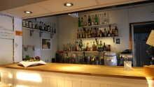 I kælderen finder I en stemningsfuld pub, hvor der både er sports-TV, musik og forskellige spil.