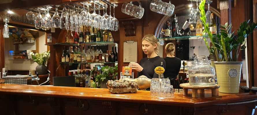 Nyd masser af god mad og drikke i hotellets nydelige restaurant og bar, som også tilbyder udeservering om sommeren.