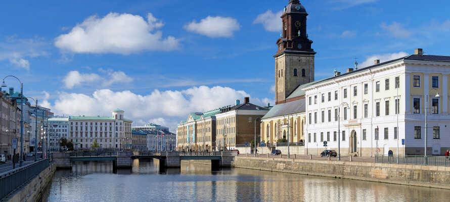 Tag ind til Göteborgs centrum med bussen - stoppestedet ligger bare en kort gåtur fra hotellet.