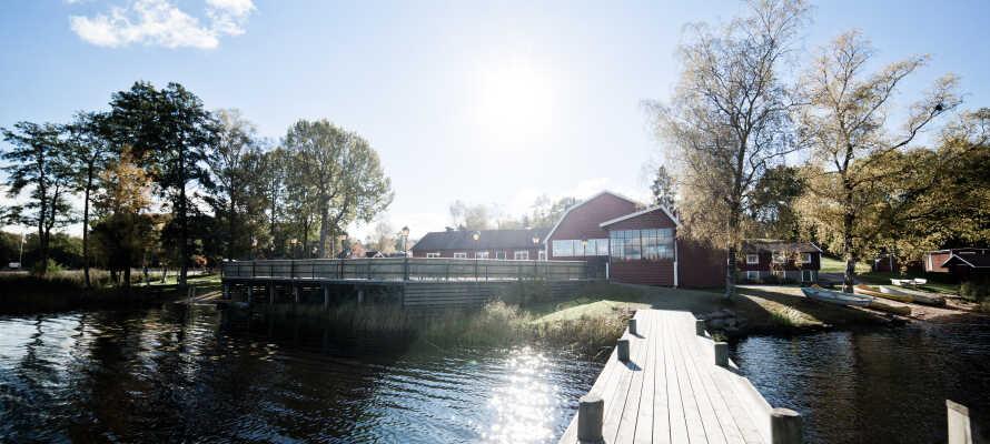 I bor direkte ved den smukke sø, Yasjön, med mulighed for sauna, badning, fiskeri og kano.