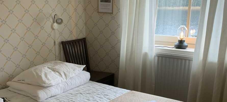 I bor på flotte og komfortable værelser, som alle ligger placeret ud mod søen.