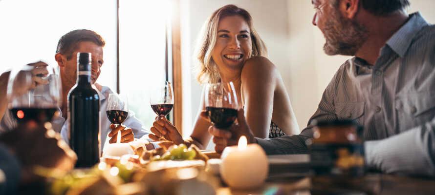 Efter en oplevelsesrig dag kan I nyde dejlig omgang aftensmad på hotellet, og runde af med en hyggelig drink i baren.