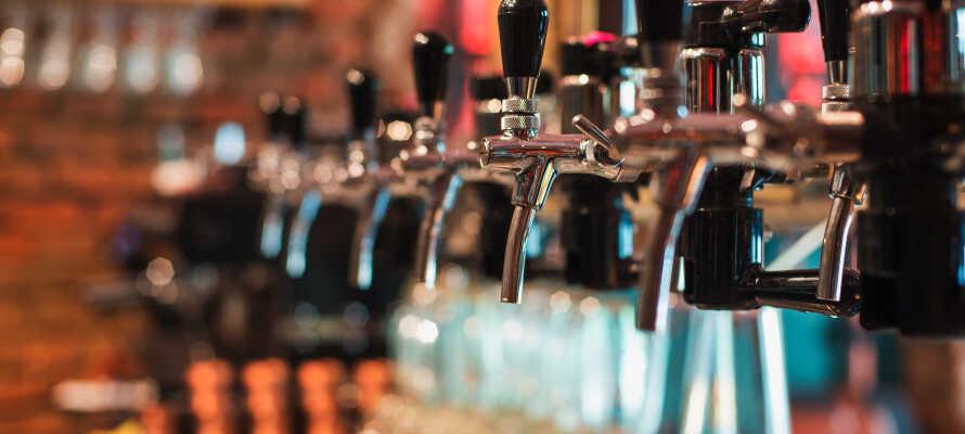 Den hyggelige lobbybaren har et samarbeid med Halmstad Brygghus, og byr blant annet på vin, øl og drinker.