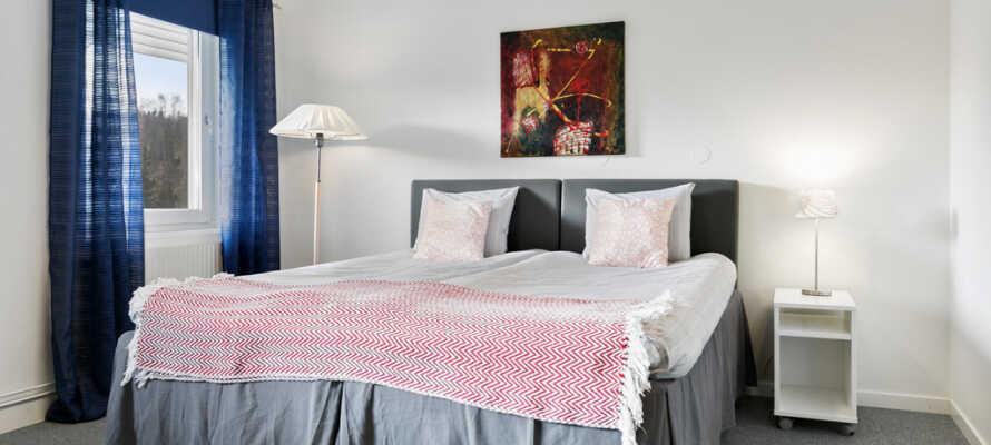Ni bor på stora och rymliga rum med eget badrum och bekväma sängar där ni sover gott
